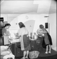 Junge Auslandschweizerinnen beim Kochen; 1944