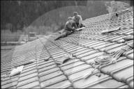 Grindelwald; Dachdecker flicken von Föhnsturm beschädigtes Dach; 1962