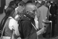 Tibeter Flüchtlinge bei Ankunft im Flughafen Kloten 1966