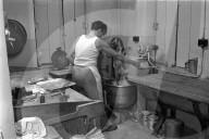 Bäcker bedient die Teigmaschine; 1965