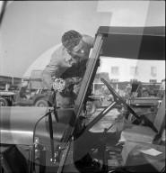 Rekrut bei Einführungskurs im Umgang mit dem Armee-Jeep, Thun 1950