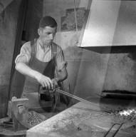 Schmiede; Schmied stellt Nägel her; 1940