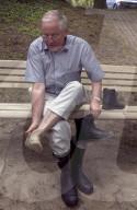 Schulreises des Bundesrats 2004: Blocher beim Gummistiefel Anziehen