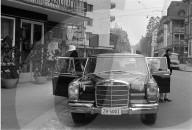 The Rolling Stones; Brian Jones und Charlie Watts beim Aussteigen aus Mercedes 1967