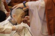 REPORTAGE - Zu Buddhas Geburtstag: Aus Kindern werden Mönche