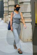 EXKLUSIV - Katie Holmes unterwegs mit Maske in NYC
