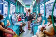 NEWS - Coronavirus: Fahrgäste mit Schutzmaske  in der Metro  von Mailand