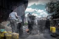 NEWS - Kenia: Herstellung des tödlichen Getränks Changaa in Nairobi