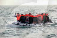 NEWS - Vollkommen überladen: Ein kleines Schlauchboot mit Flüchtlingen auf dem Ärmelkanal in Richtung England