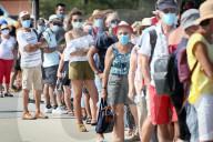 NEWS - Coronavirus:  Touristen und Einheimische tragen an der Uferpromenade in Cap Ferret mit den neuen Einschränkungen jederzeit Masken
