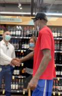 PEOPLE - Mit Zigarre und Handschlag: Ex-NBA-Basketballer Dennis Rodman ignoriert das social distancing beim Einkaufen in Tustin
