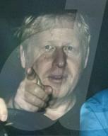 EXKLUSIV - Der britische Premierminister Boris Johnson morgens unterwegs mit seinen Bodyguards