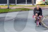 FEATURE - Crazy: Brite fährt auf dem rosa Kindervelo seiner 8-jährigen Tochter von Glasgow nach Manchester