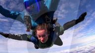 FEATURE - Luftiger Antrag: Jason Pack hat um die Hand seiner Freundin Katie Line angehalten - bei einem Fallschirmsprung aus kanpp 4000 Metern
