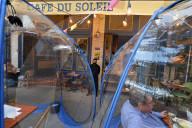 """NEWS - Coronavirus:  Gäste essen in """"Space Bubbles"""" in einem französischen Restaurant der Upper West Side, NYC"""