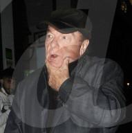 PEOPLE - Van Morrison mit schmerzverzerrtem Gesicht in London unterwegs