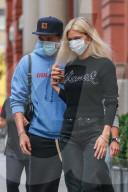 PEOPLE - Brooklyn Beckham und Nicola Peltz halten verliebt Händchen in NYC