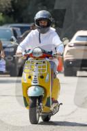 PEOPLE - Justin Bieber freut sich auf eine Spritztour mit seiner neuen gelben Vespa