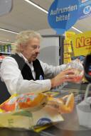 """PEOPLE -  Thomas Gottschalk an der Kasse eines Supermarktes anlässlich der Spendenbewegung """"Deutschland rundet auf"""" in Rastatt"""