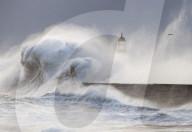 NEWS - Gewaltige Brecher landen an Englands Nord-Ostküste