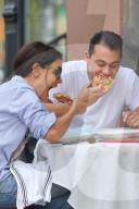 PEOPLE - Katie Holmes und ihr neuer Freund Emilio Vitolo Jr. essen Pizza
