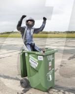 FEATURE - Andy Jennings hat einen neuen Guinness-Weltrekord für die schnellste Mülltonne über 100m aufgestellt