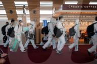 NEWS - Coronavirus: Passagiere im Ganzkörperschutzanzug auf dem Flughafen CDG in Paris