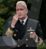 NEWS - USA: Admiral Brett Giroir demonstriert einen Covid-19-Test