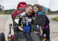 FEATURE - Gelähmter Adrenalin-Junkie bricht den Weltrekord für die schnellste Fahrt im Elektrorollstuhl