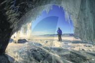 FEATURE - Eisige Schönheit des gefrorenen Baikalsee in Russland