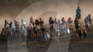 FEATURE - Pferde wirbeln riesige Staubwolken auf bei Sonnenuntergang über den Grasebenen in der inenrn Mongolei, China