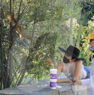 PEOPLE - Selma Blair freundet sich mit einem Eichhörnchen an