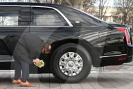 NEWS - USA Biden Amtseinführung:  Ein Mitarbeiter des Secret Service poliert eine der Präsidentenlimousinen