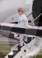 PEOPLE - Eine müde Lady Gaga fliegt mit ihrem roten Kleid von der Inauguration Bidens nach Hause