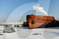 FEATURE - Eisfischer in Zelten fischen in der vereisten Kryva-Bucht in der Ukraine