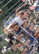 PEOPLE - Elsa Pataky verbringt den Tag im Luna Park mit ihren Kindern in  Sydney