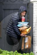 PEOPLE - Ben Affleck trägt Pakete ins Haus