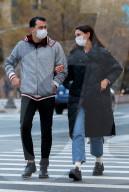 PEOPLE - Katie Holmes sieht verliebt aus beim Spaziergang mit ihrem Freund Emilio Vitolo Jr. in NYC
