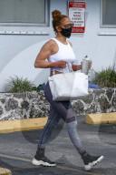 PEOPLE -  Jennifer Lopez zeigt ihre durchtrainierten Arme, als sie das Fitnessstudio in Miami verlässt