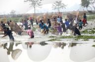 FEATURE -  Bangladeschis nutzen die Trockenperiode zum Fischfang in den seichten Gewässern