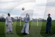 FEATURE - Franziskanerbrüder in Portsmouth spielen in ihren religiösen Gewändern Fussball