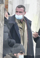 "PEOPLE - Liev Schreiber mit halb angezogener Maske am Set von ""Across the River and Into The Trees"" in Venedig"