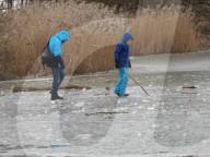 NEWS - Lebensgefährlich: Mann spielt mit seinen Kindern auf der dünnen Eisdecke des Öjendorfer Sees bei Hamburg