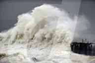 NEWS - Sturm Darcy verursacht riesige Brecher an der britischen Osküste