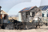 NEWS - Drei Strandhäuser in Christchurch, Dorset, wurden durch ein Feuer zerstört und in weitere 31 Hütten wurde eingebrochen