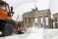 NEWS - Berlin im Schnee: Winterdienst am Brandenburger Tor