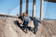 NEWS - Mexico: Migrantinnen überqueren den Rio Grande an der US-Grenze bei Juarez