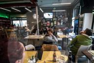 NEWS - Coronavirus: Ein Nachmittag der Normalität in einem Pub in Mailand