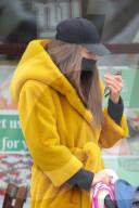 PEOPLE -  Irina Shayk unterwegs mit ihrem Kind in einem langen gelben Mantel
