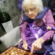 FEATURE - Zu ihrem 100. Geburtstag bekommt eine Seniorin ohne Angehörige Tausende Glückwunschkarten aus aller Welt